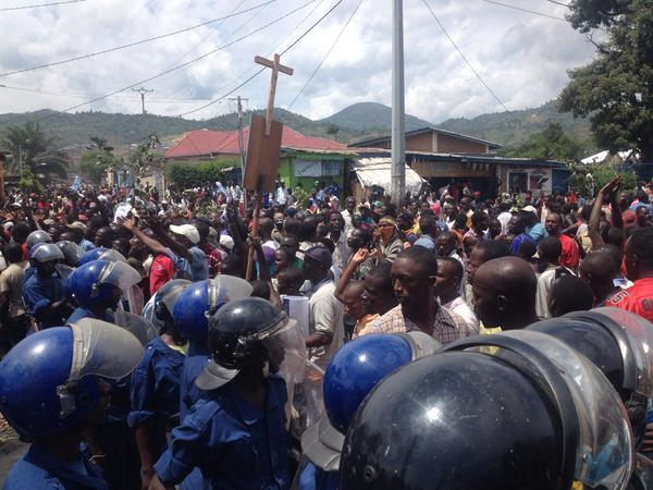 La police fait face aux manifestants, dans le quartier de Musaga à Bujumbura, le 4 mai 2015.