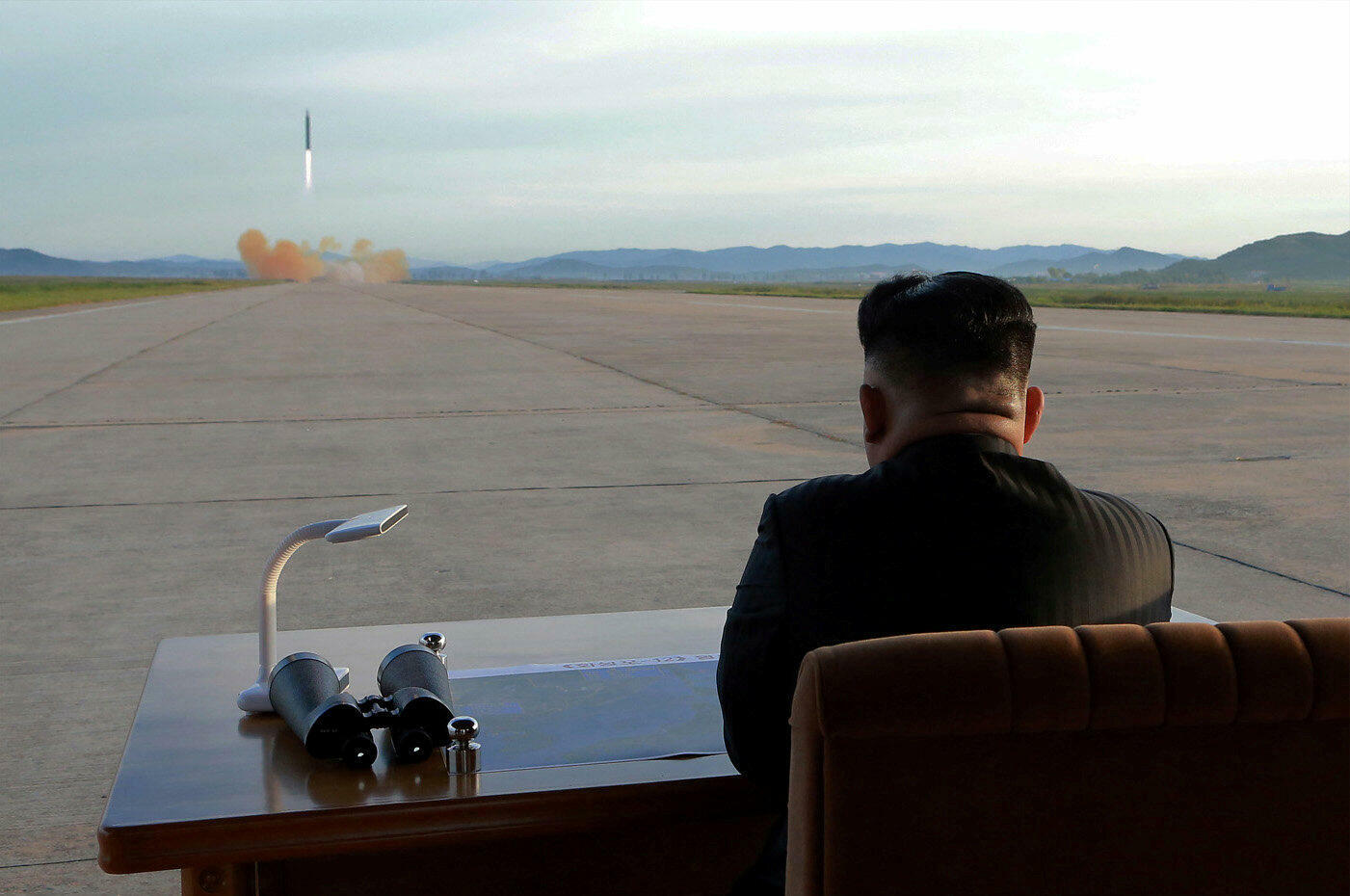 Le numéro un nord-coréen Kim Jong-un, lors du lancement d'un missile Hwasong-12 le 16 septembre 2017.