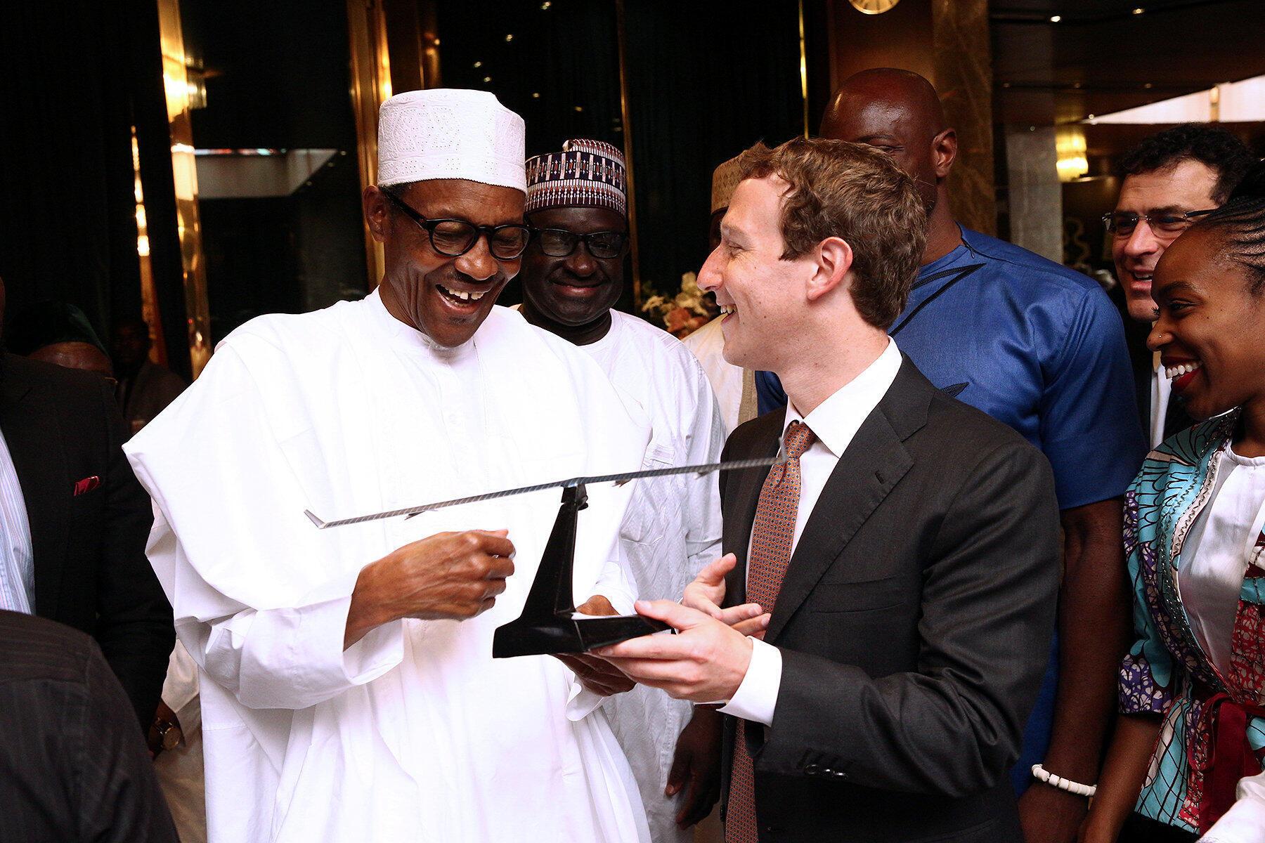 Le président Muhammadu Buhari aux côtés de Mark Zuckerberg, PDG de Facebook, le 2 septembre 2016 à Abuja.