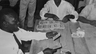 Des Guinéens procèdent au dépouillement après le vote du référendum sur la nouvelle Constitution, proposée par le général De Gaulle, le 28 septembre 1958 à Conakry. Un vote qui a donné naissance à la Ve République et à l'indépendance de la Guinée.