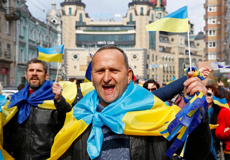 Сторонники Петра Порошенко перед его дебатами с лидером первого тура выборов, актером Владимиром Зеленским, 19 апреля 2019