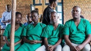 Les quatre journalistes d'Iwacu et leur chauffeur devant le tribunal de Bubanza, le 30 décembre 2019.