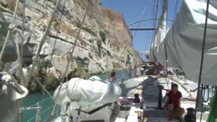 Le voilier Tara emprunte le canal de Corinthe.