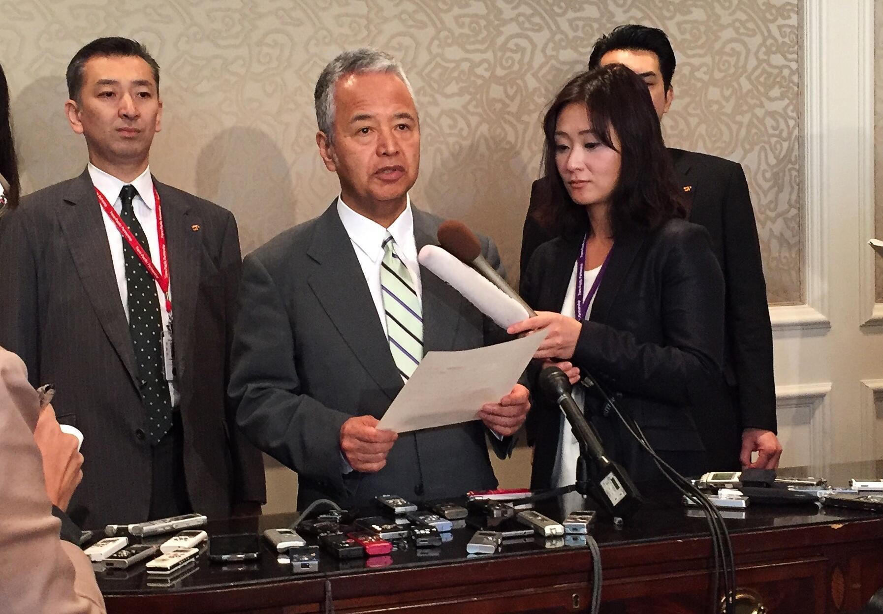 Bộ trưởng Thương mại Nhật Akira Amari (giữa) thông báo kết quả TPP. Ảnh ngày 05/10/2015.