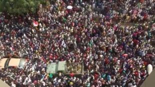 苏丹民众同军人一道欢庆总统巴希尔被推翻