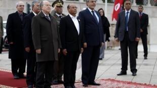 Da esquerda para direita: o presidente da Assembleia Nacional Constituinte, Mustapha Ben Jaafar, o presidente de Tunísia, Monsef Mazuki  e o primeiro-ministro Hamadi Jebali durante celebração do segundo aniversário da queda de Ben Ali.