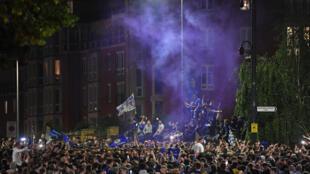 Aficionados del Chelsea celebran la victoria en la Liga de Campeones el 29 de mayo de 2021 en Londres