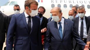 Эмманюэль Макрон в международном аэропорте Бейрута с президентом Ливана Мишелем Ауном.