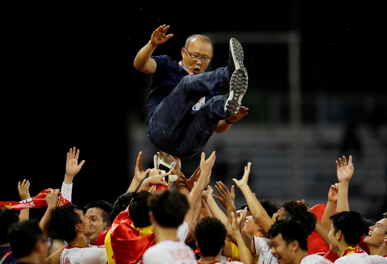 Đội bóng Việt Nam, vô địch SEA Games 2019 tung hô huấn luyện viên Park Hang Seo.