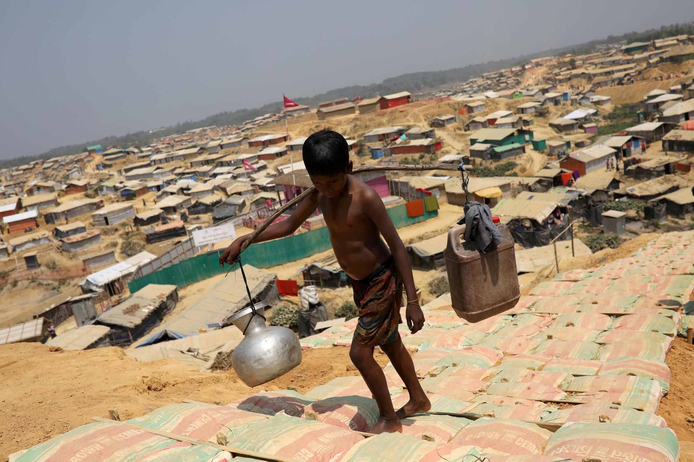 ក្មេងប្រុសរ៉ូហ៊ីងយ៉ា នៅជំរំភៀសខ្លួនមួយ នៅ Cox's Bazar ក្នុងទឹកដីបង់ក្លាដែស នៅថ្ងៃទី២២មីនា ២០១៨