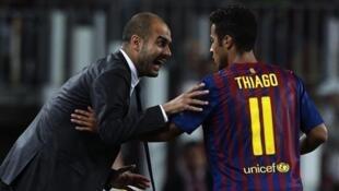Kocha, Pep Guardiola wakati akiwa FC Barcelona akimpa maelekezo kiungo Thiago Alcantara ambaye sasa ataungana nae tena katika klabu ya Beyern Munich ya Ujerumani