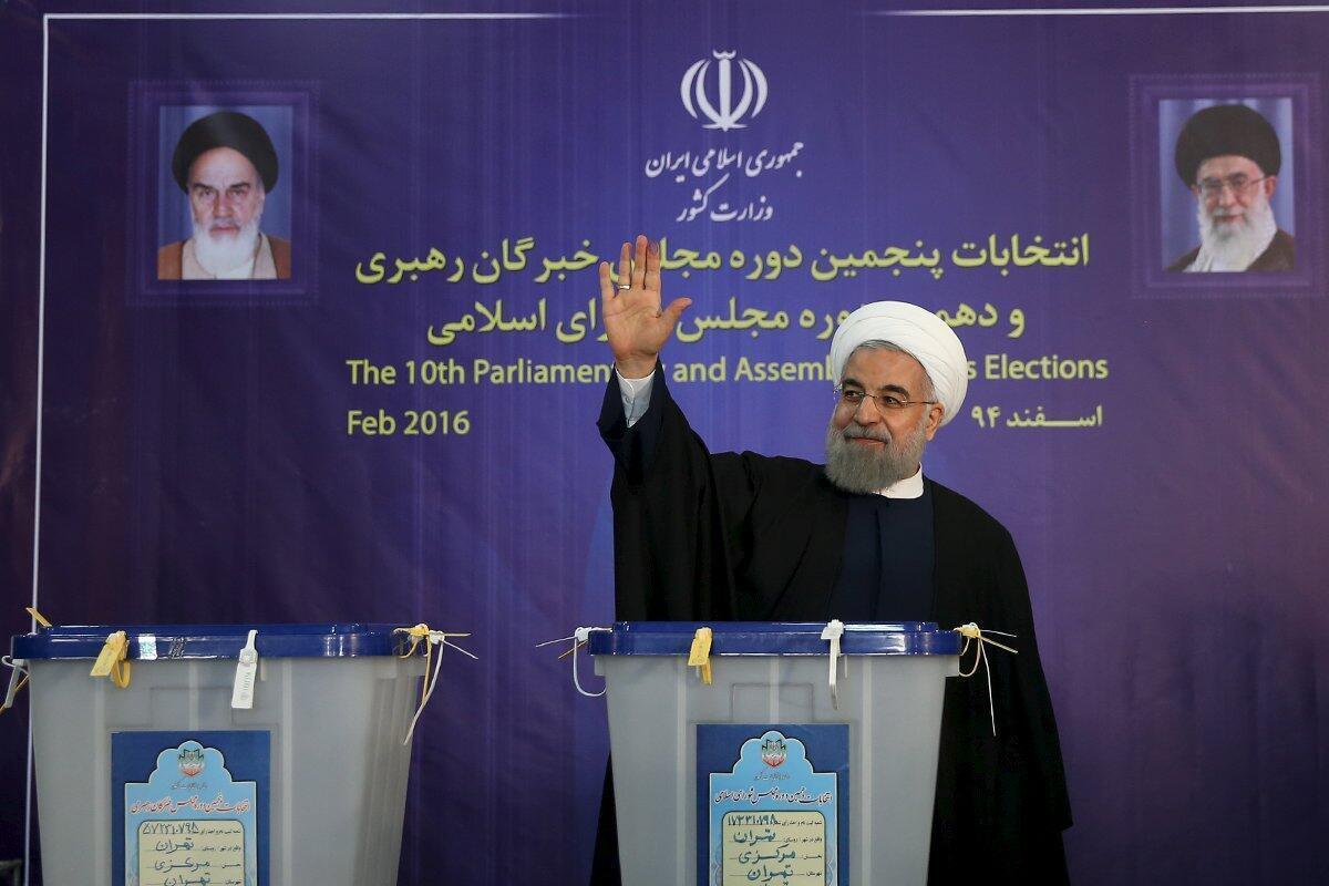 O presidente iraniano Hassan Rouhani após ter votado em Teerão a 26 de Fevereiro de 2016