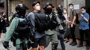 Des manifestants pro-démocratie, arrêtés par la police à Hong Kong, le 27 mai 2020.