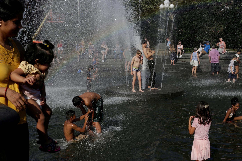 Famílias se refrescam no parque Washington, em Manhattan (20/7/19).