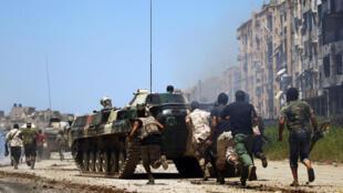 Des forces de l'Armée nationale libyenne du maréchal Haftar affrontent des jihadistes dans la zone d'une marché de Benghazi, le 20 mai (image d'illustration).