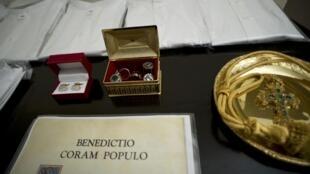 Objetos guardados na Capela Sistina, à espera de serem utilizados pelo próximo papa