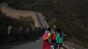 4月24日,带着口罩的游客出现在八达岭。