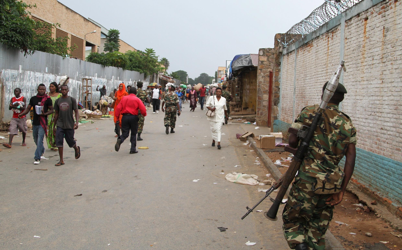 Un soldat patrouille dans les rues de Bujumbura après une attaque à la grenade, le 3 février 2016.