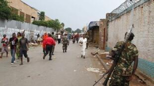 Un soldat patrouille dans les rues de Bujumbura après une attaque à la grenade, le 3 février 2016.  On assiste à une recrudescence d'attaques armées dans la capitale burundaise depuis quelques jours.