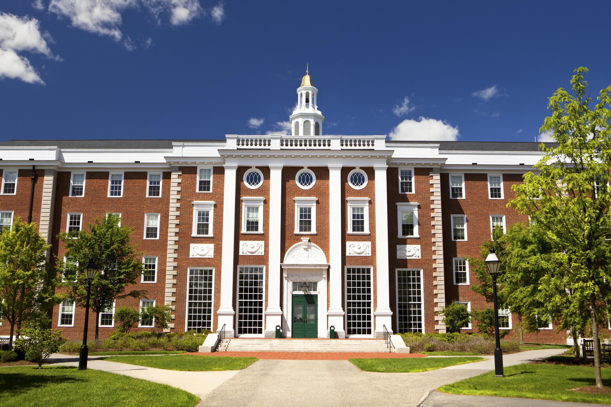 La Universidad de Harvard en los Estados Unidos comenzó a enseñar en línea debido al coronavirus.