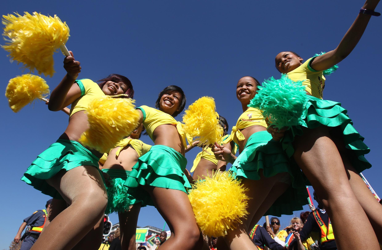 Các ủng hộ viên sẵn sàng chào đói đội tuyển quốc gia Nam Phi tại Johannesbourg ngày 9/6/2010.
