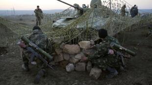 Lính Ukraina tại một trạm kiểm soát gần biên giới phía Đông với Nga. Ảnh chụp ngày 21/03/14.