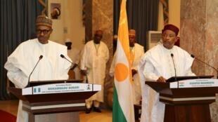 Tangu kuapishwa kwake, rais wa Nigeria Muhammadu Buhari (kushoto) alifanya ziara nyingi, hasa nchini Niger, ambako alikutana na mwenzake Mahamadou Issoufou (kulia), ili kuandaa mapambano dhidi ya Boko Haram.