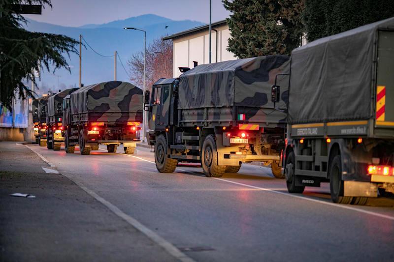 Xe tải quân đội Ý chở xác người đến khu hỏa táng, Bergamo, ngày 18/03/2020