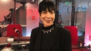 A cantora Leticia Maura de volta nos estúdios da RFI, onde atuou durante anos como jornalista.