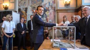 Le président français Emmanuel Macron vote au Touquet sous les yeux de son épouse, Brigitte, le 11 juin 2017.