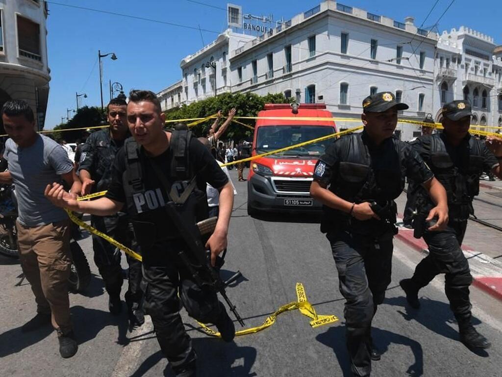 Полиция на месте взрыва на авеню Бургиба.