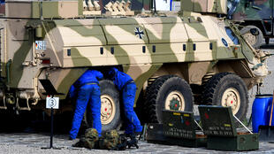 Des soldats réparent un blindé «Fuchs» de la Bundeswehr lors d'un exercice militaire à Munster, dans le nord de l'Allemagne.