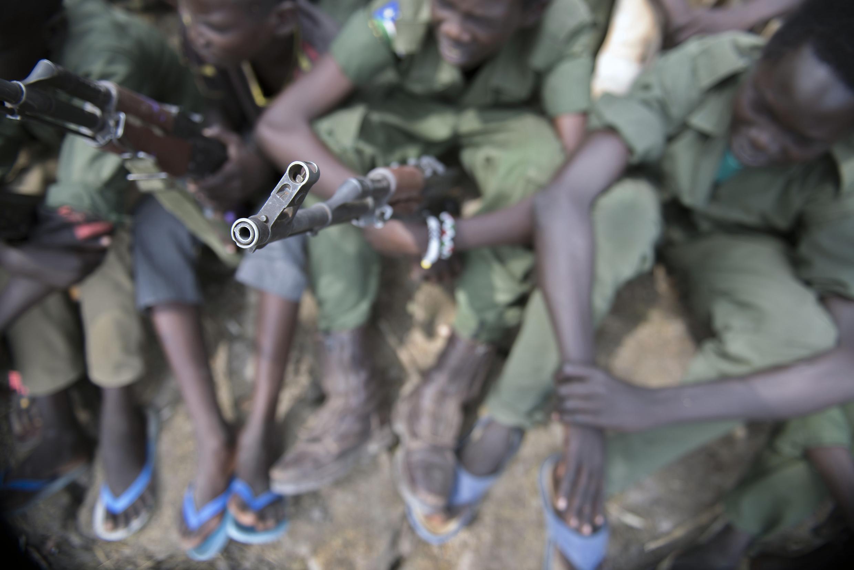 Des enfants-soldats lors d'une cérémonie de désarmement, démobilisation et réintégration supervisée par l'Unicef, le 10 février 2015, dans l'Etat du Jonglei, au Soudan du Sud.