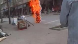 Một vụ tự thiêu trên đường phố ở Đạo Phu, Tây Tạng (ảnh chụp từ video 03/11/2011)