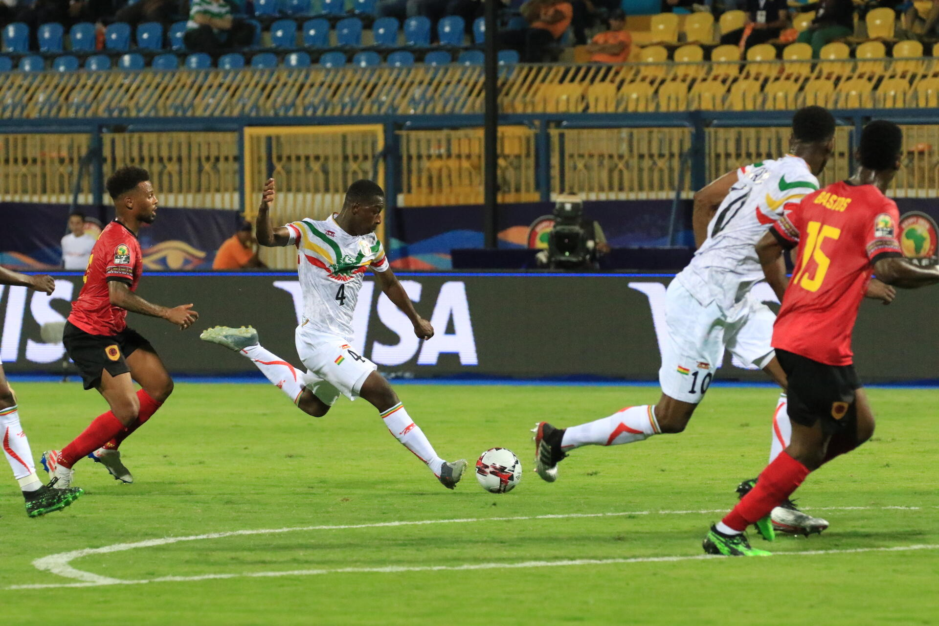 Amadou Haïdara inscrivant son premier but international pour le Mali face à l'Angola.