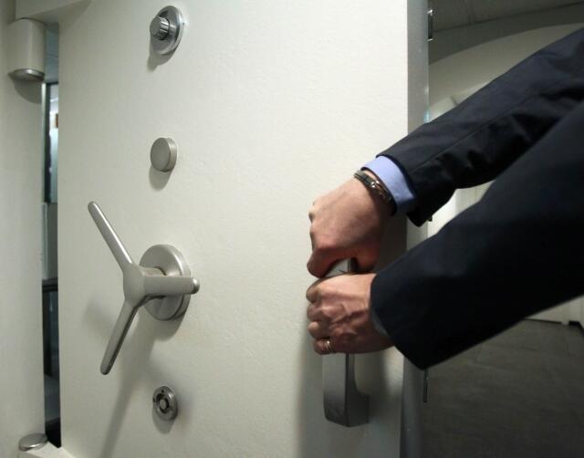 Дверь сейфа в банке Австрии. Вена 10/04/2013