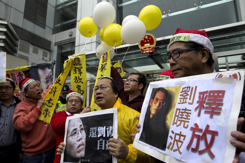 Manifestantes pró-democracia mostram cartazes em Hong Kong