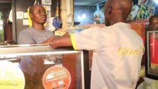 Comme une centaine d'autres établissements d'Abidjan, le Talaat travaille avec plusieurs plateformes d'achat en ligne.