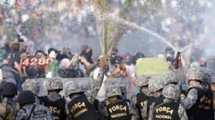 Las fuerzas de seguridad trataron de contener a los manifestantes en las inmediaciones del estadio de Mineirao, en Belo Horizonte.