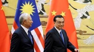 到訪北京的馬來西亞總理納吉布(左)與中國國務院總理李克強,2016年11月2號
