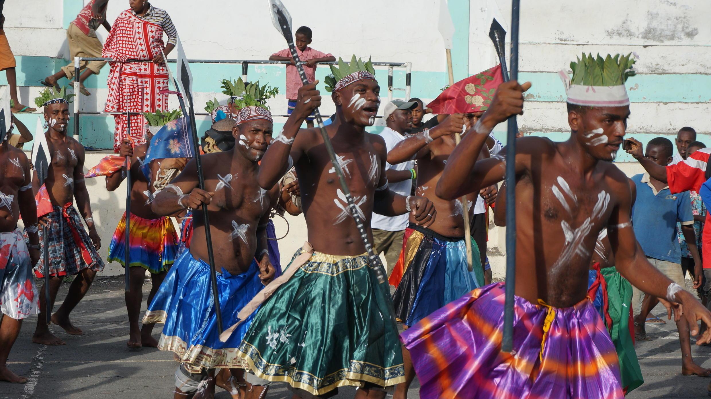 Les danseurs lors de la cérémonie d'ouverture du Fesmadom, à Domoni, sur l'île d'Anjouan. (Cliquez sur la photo pour lancer l'audio)