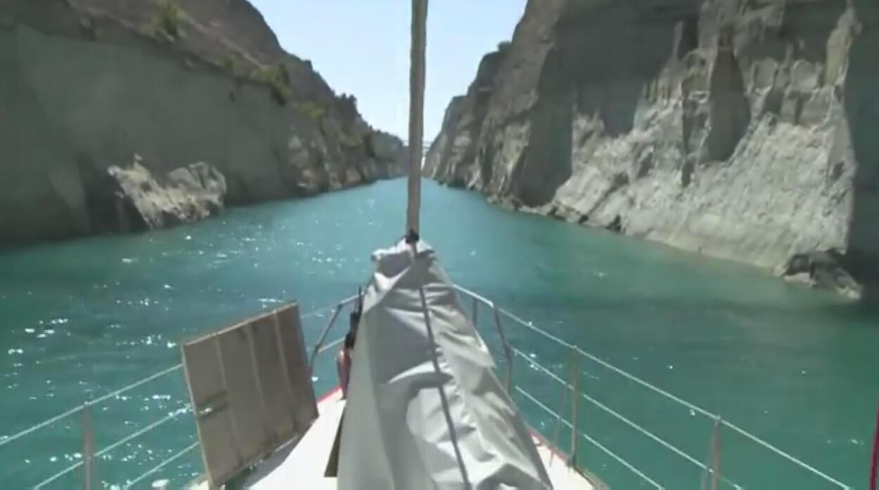 Les parois du canal de Corinthe, vues depuis le voilier de l'expédition Tara.