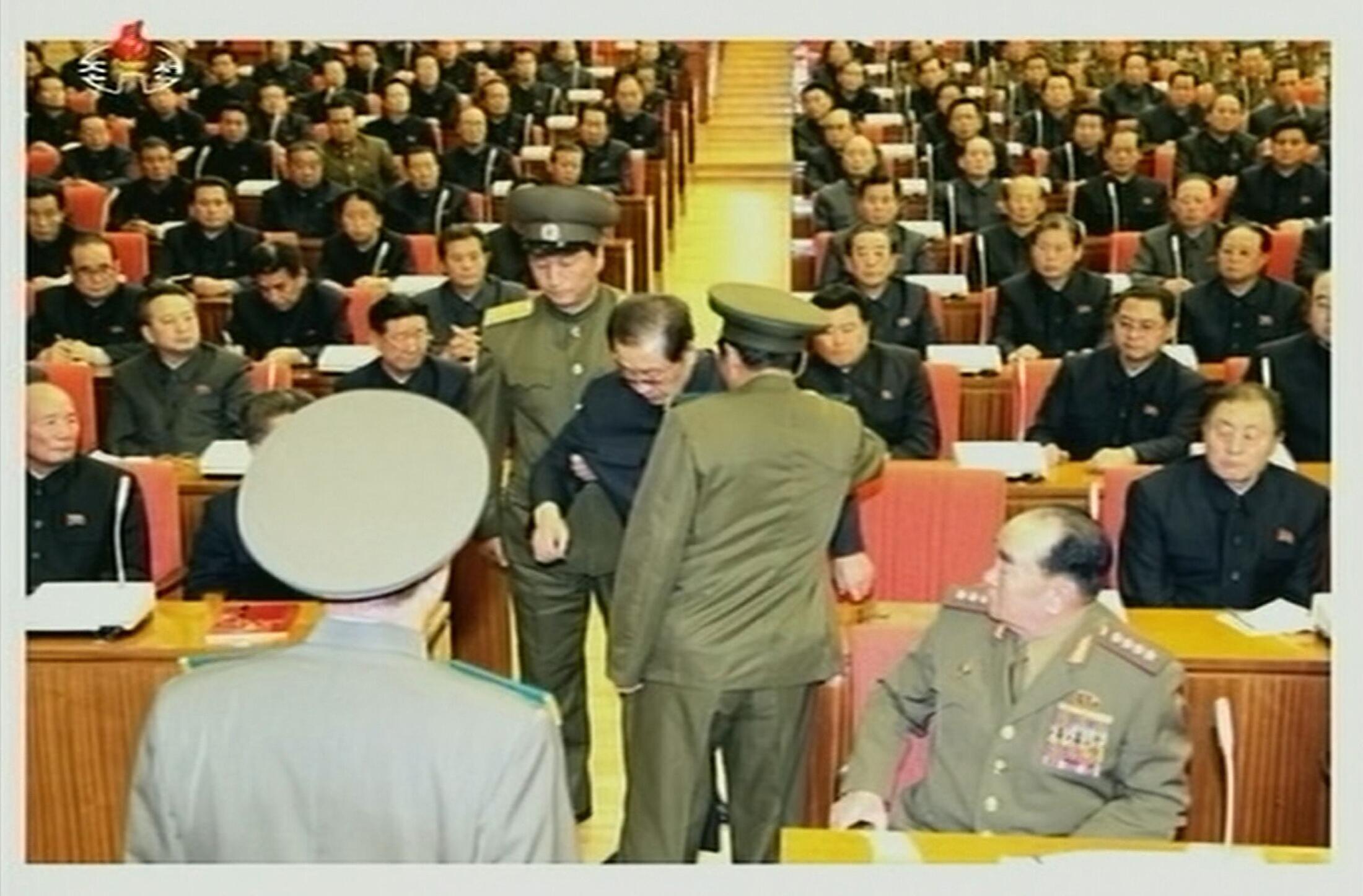 Ảnh chụp lại từ truyền hình Nhà nước Bắc Triều Tiên hôm 09/12/2013, cho thấy cảnh ông Jang Song Thaek bị bắt ngay tại cuộc họp Bộ Chính trị ở Bình Nhưỡng.