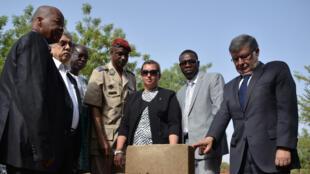 Halidou Ouedraogo, Sandrine tricot, général Gilbert Diendere et Alain Vidalies lors de la pose de la première pierre d'une stèle en hommage aux victimes, le 22 avril.