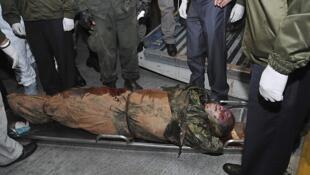 """Oficiales de policía trasladan los restos del """"Mono Jojoy"""" tras su llegada al aeropuerto militar de Catam, Bogotá."""