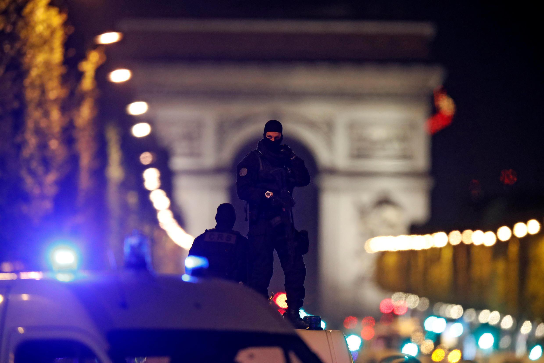 Des policiers en alerte sur l'avenue des Champs-Elysées à Paris, le 20 avril 2017, après l'attentat dans lequel un policier a été tué.