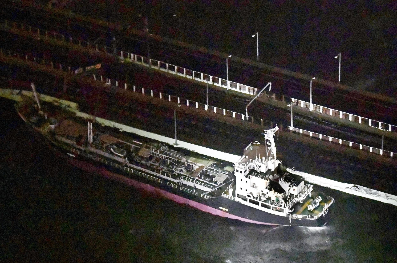 Le typhon Jebi a drossé un pétrolier contre le pont de l'aéroport du Kansai, causant de nombreux dégâts matériels.