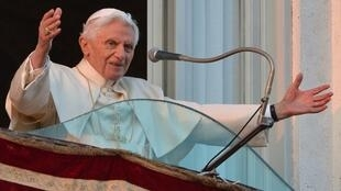 Dernière apparition publique du pape, à Castel Gandolfo, le 28 février 2013. Le temps d'un au revoir, il salue une dernière fois les fidèles et les touristes venus s'assembler devant la somptueuse villa bordée de jardins.