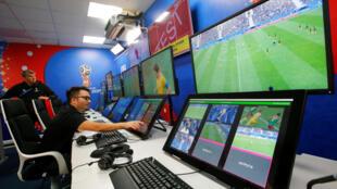 La sala de operaciones del VAR (árbitro asistente de video), que se implementa por primera vez en un Mundial en 2018.