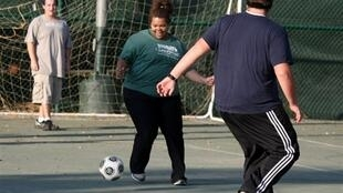 A Wellspring Academy, é uma escola especializada em tratamento contra a obesidade dos jovens, em Reedley na California, onde o esporte é obrigatóriot est obligatoire.